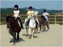 bambini che fanno equitazione