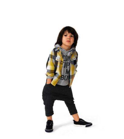 bambino con camicia pantaloni tuta