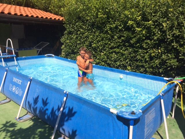 La piscina in giardino blog family for Piscina in casa